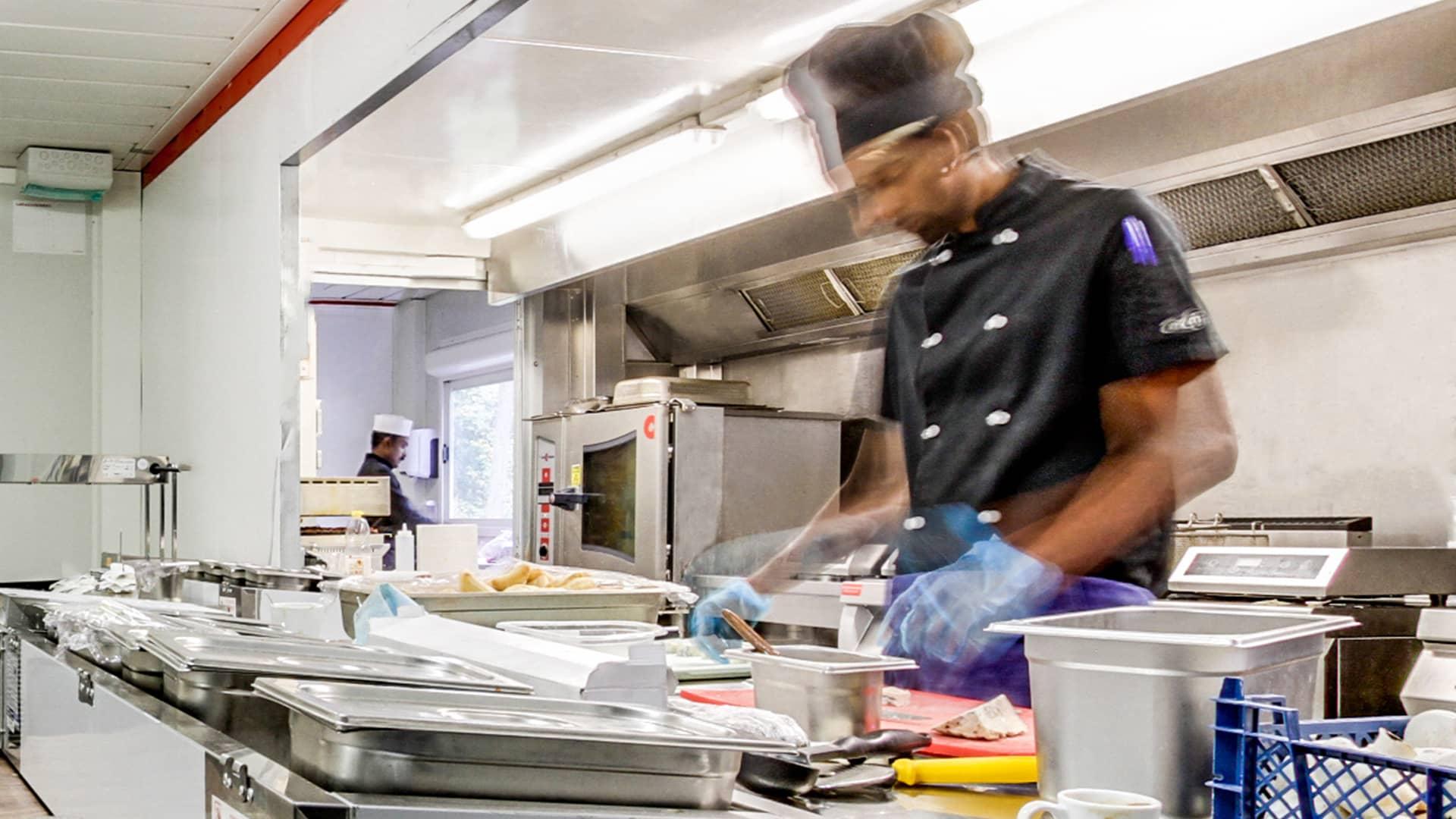 cuisinier-preparant-des-repas-dans-une-dark-kitchen-locacuisines